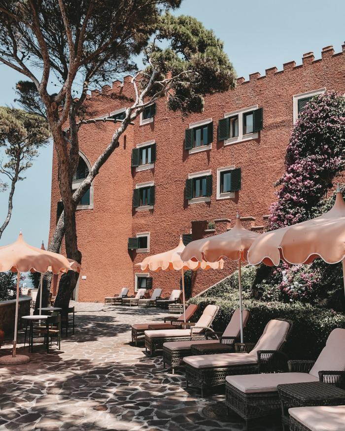 Sonnenliegen des Mezzatorre Hotel Insel Ischia