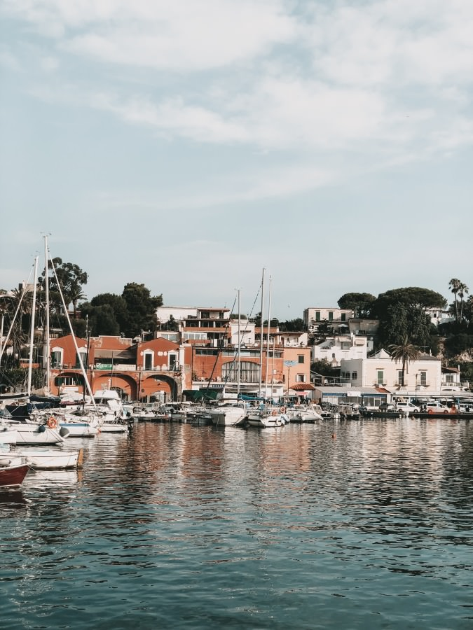 Der Hafen Ischia Porto auf der Insel Ischia