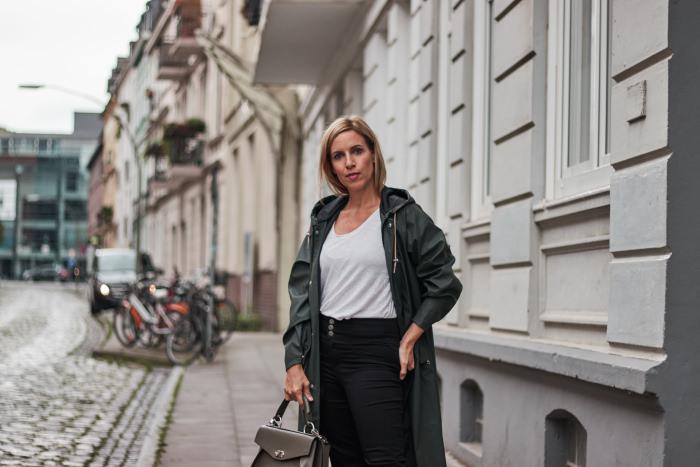 Regenmantel kombinieren zu skinny Jeans und Chloé Sneakern