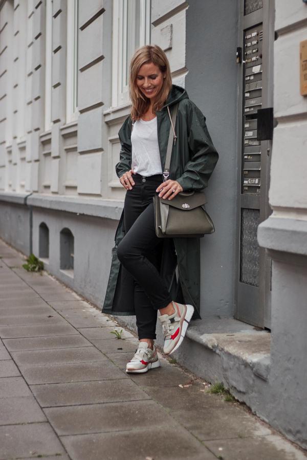 Y.A.S. Regenmantel Outfit mit Chloé Sneakern und Proenza Schouler Tasche