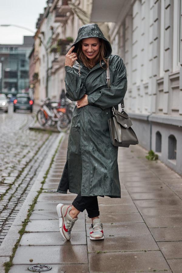 Y.A.S. Regenmantel kombinieren zu skinny Jeans und Chloé Sneakern