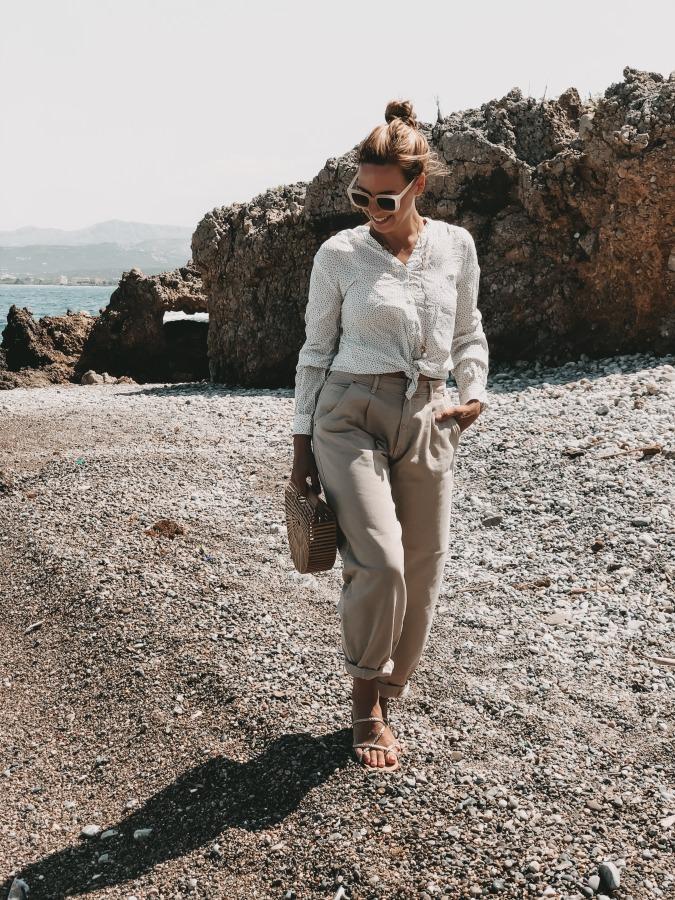Slouchy Jeans zur weißen Bluse am Strand von Kreta