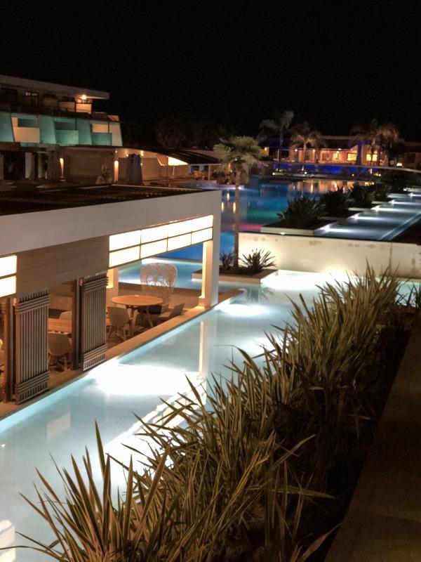Poolanlage des Avra Imperial Beach Resort & Spa auf Kreta bei Nacht