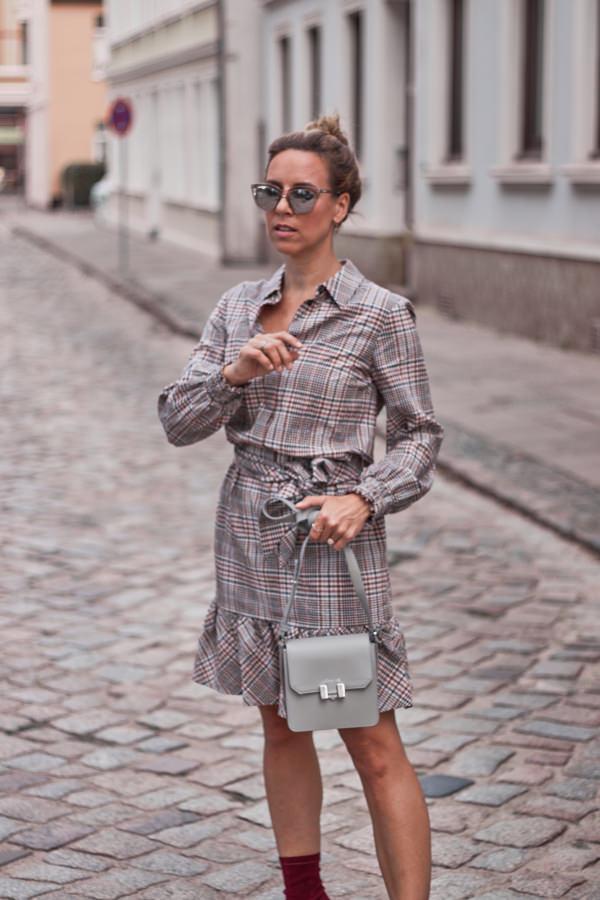 Glencheck Kleid und Crossbody Tasche von Maison Héroïne