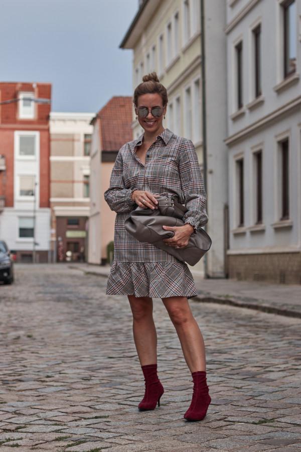 Glencheck Kleid, Sock Boots, und Beuteltasche