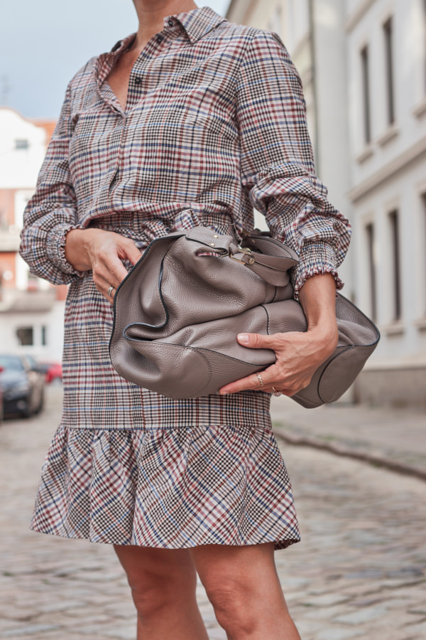 Glencheck Kleid und Shopper in Taupe
