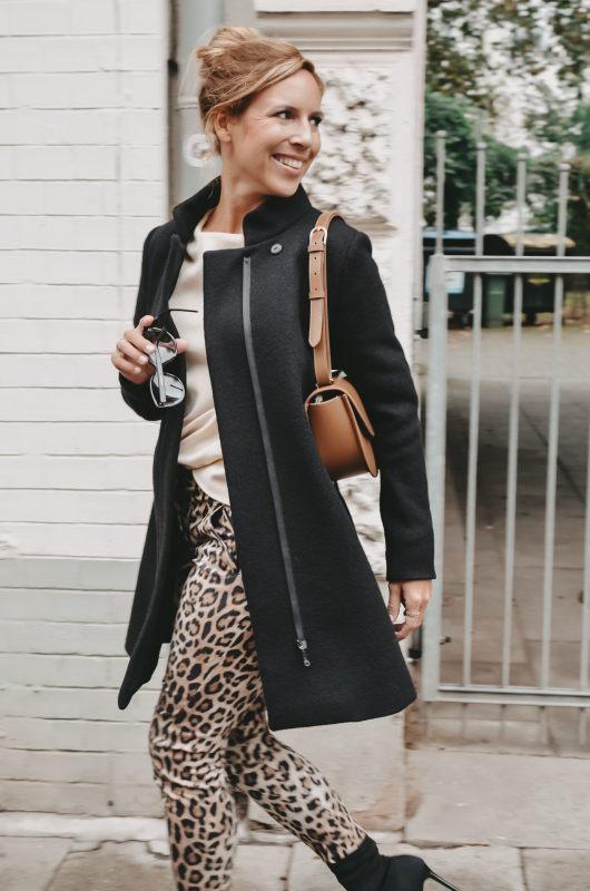 Schwarzer Mantel vom Fair Fashion Hamburg Label Spectrum zur Hose im Leopardenmuster