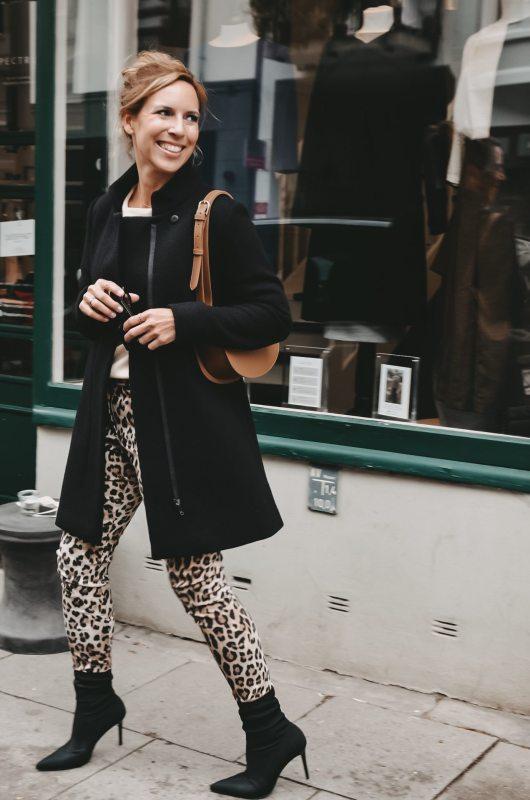 Klassischer Mantel in schwarz vom Fair Fashion Hamburg Label Spectrum zur Hose im Leopardenmuster