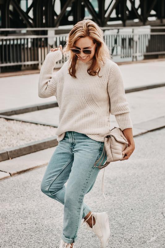 Grobstrick Pullover und Mom Jeans zur Saint Laurent Loulou Tasche