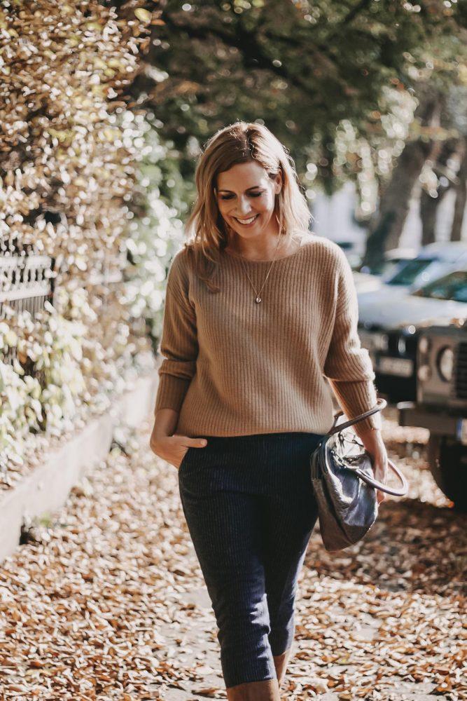 Peter Hahn online Outfit Camelfarbener Pullover kombiniert zu marineblauer Hose