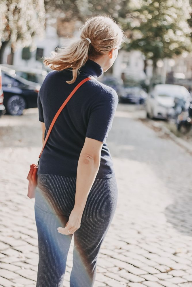 Peter Hahn online Outfit marineblauer Cashmere Rollkragenpullover kombiniert zu blauer Hose