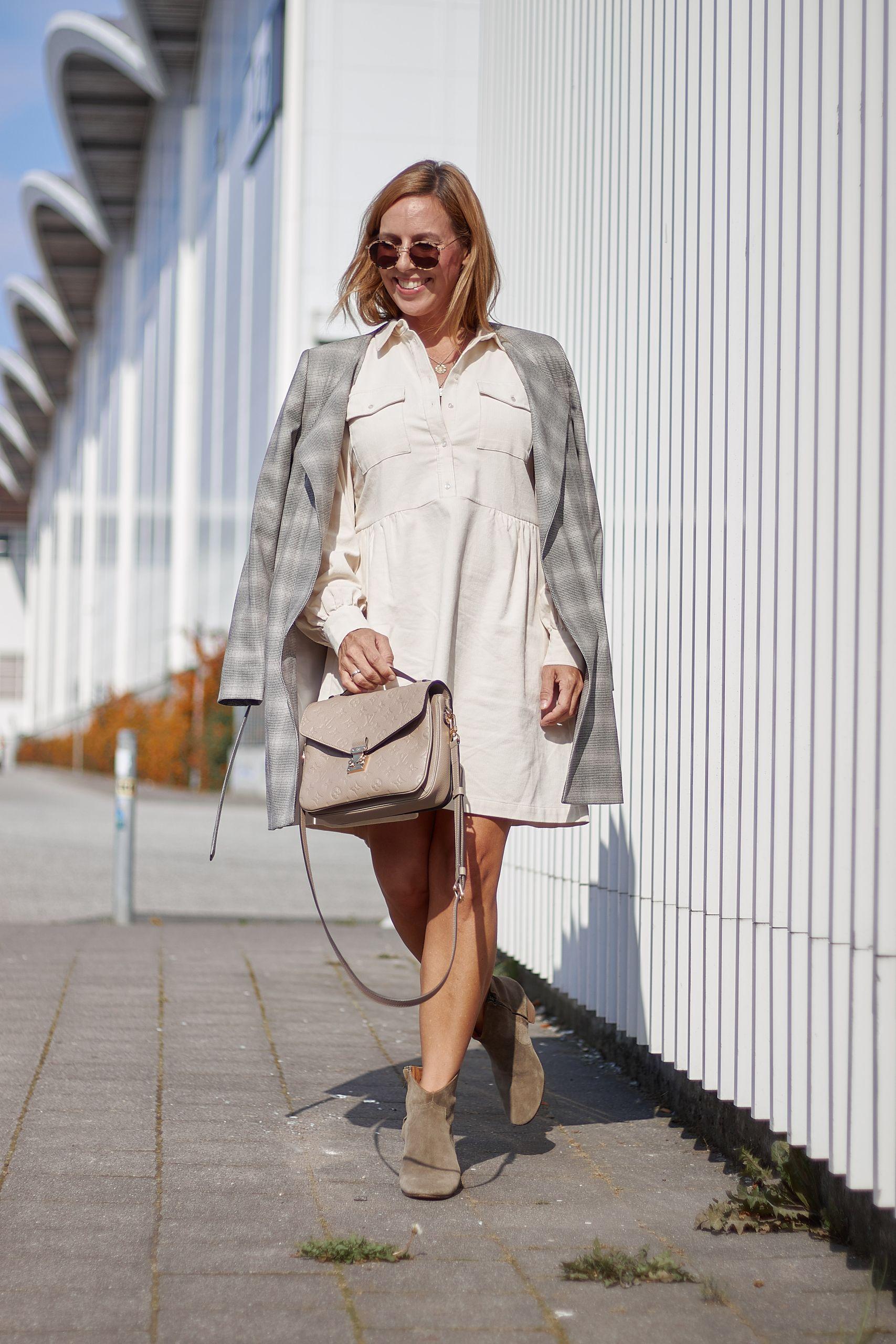 Spectrum Fashion Hamburg zu Kleid in Babykord vor den Messehallen
