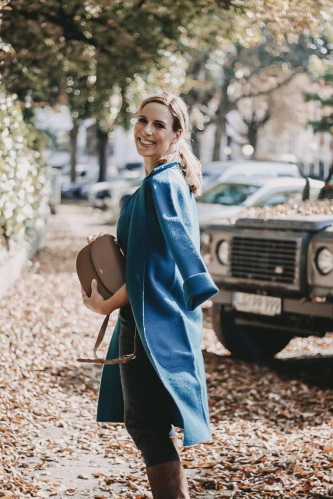 Farbtrends 2019 Mantel in Petrol zu marineblauen Outfit von Peter Hahn und Cross Body Bag von A.P.C. Paris