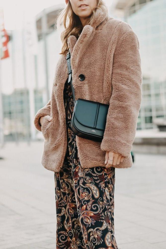 Detailaufnahme A.P.C. Paris Crossbody Bag kombiniert zu Teddyfleece Jacke und Paisley Kleid