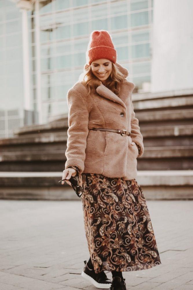 Paisley Kleid kombiniert zu Teddyfleece Jacke, Leder Sneakern und A.P.C. Paris Crossbody Bag