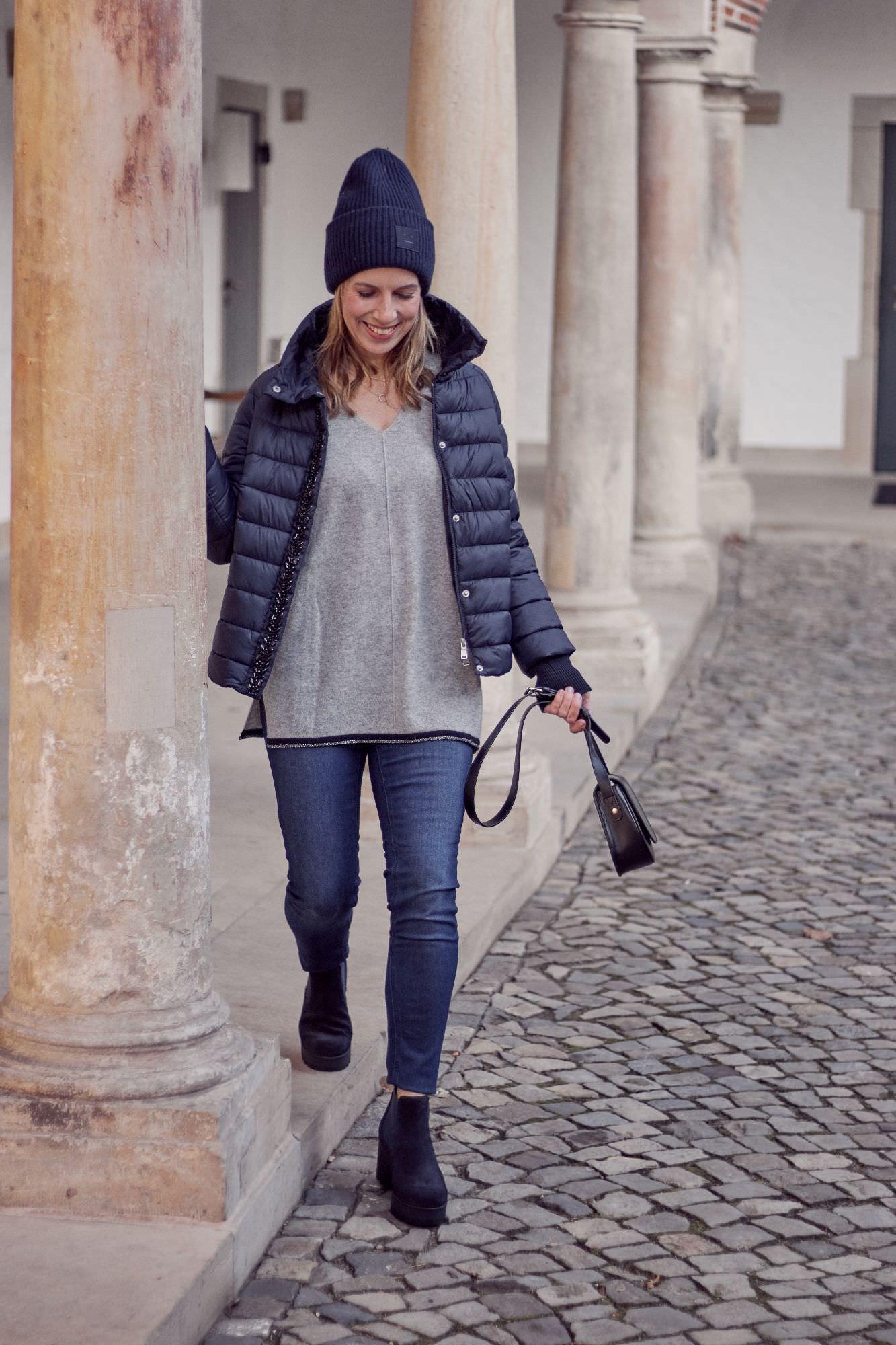 Winter Outfits mit Cashmere, blauer Daunenjacke und Boots