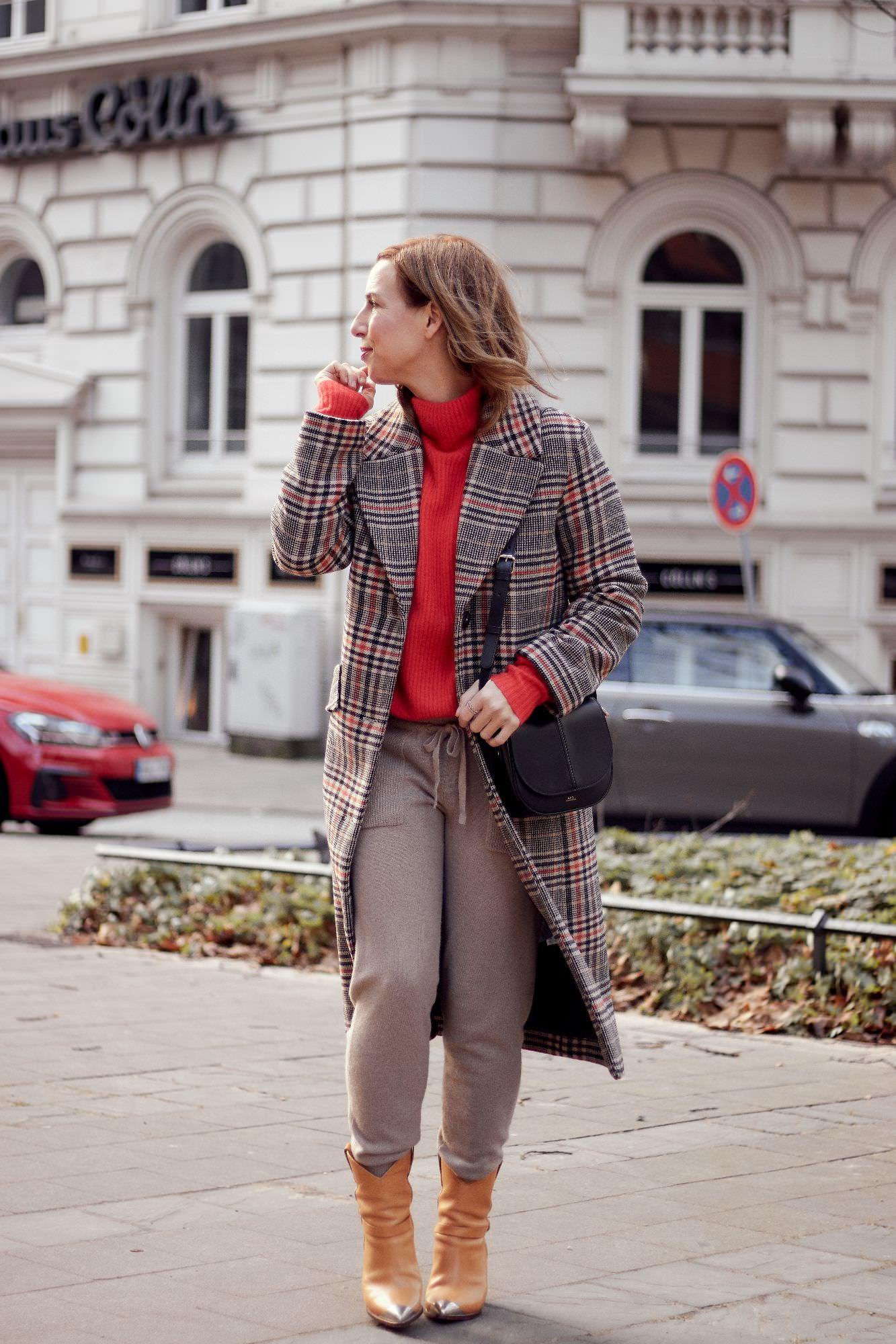 karierter Mantel mit rotem Oversize Pullover und kamelfarbener Jogging Hose