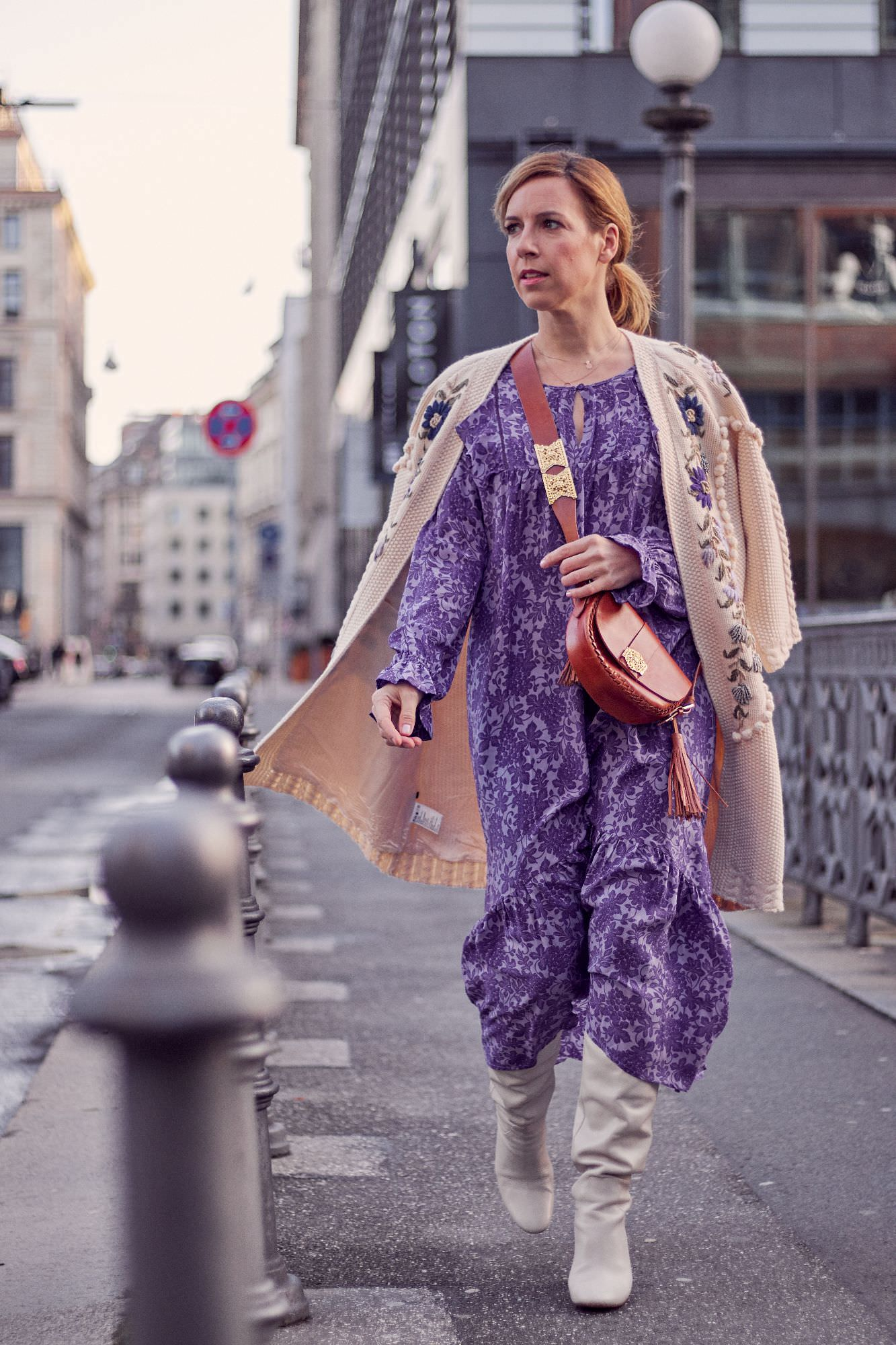 Fashion Week 2020 Maxikleid ultra violett mit Grobstrickcardigan