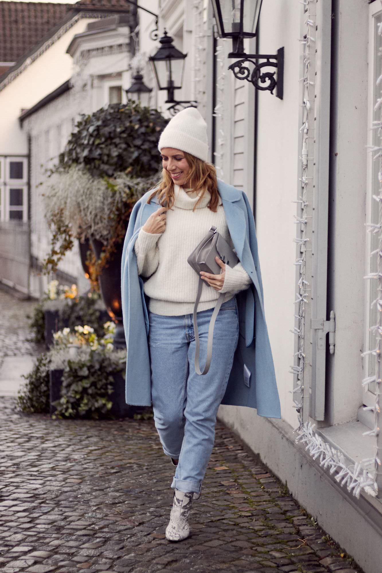 Pantone Farbe 2020 Classic Blue Winter Look mit Mantel in faded denim