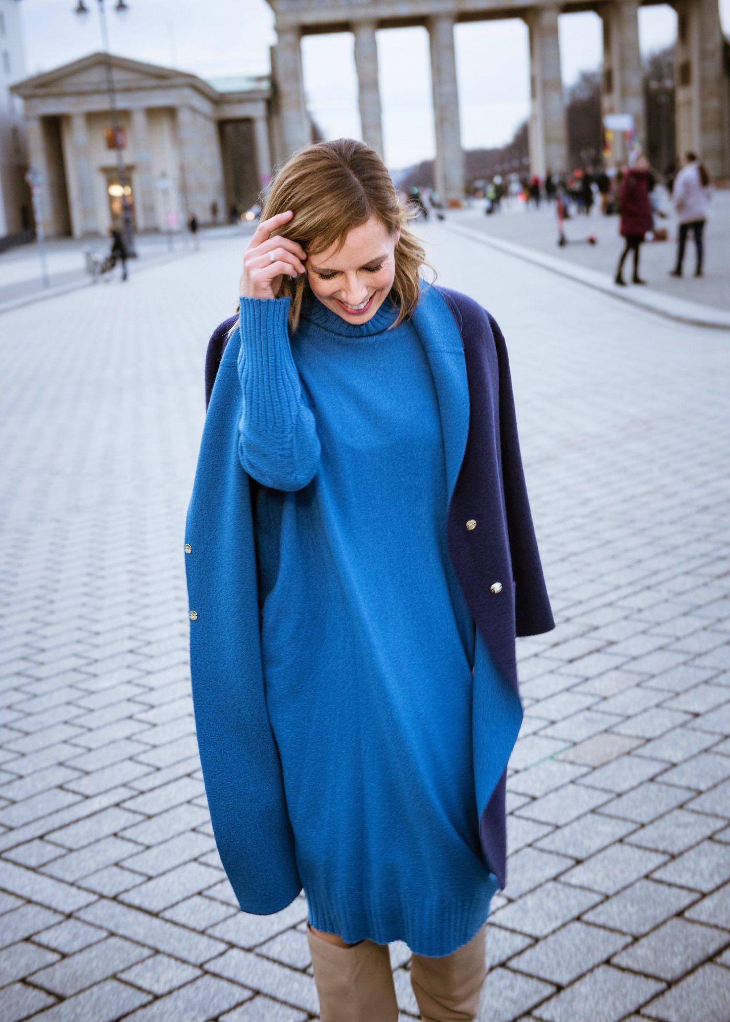 Edelziege Cashmere Kleid blau und Cashmere Mantel vor Brandenburger Tor