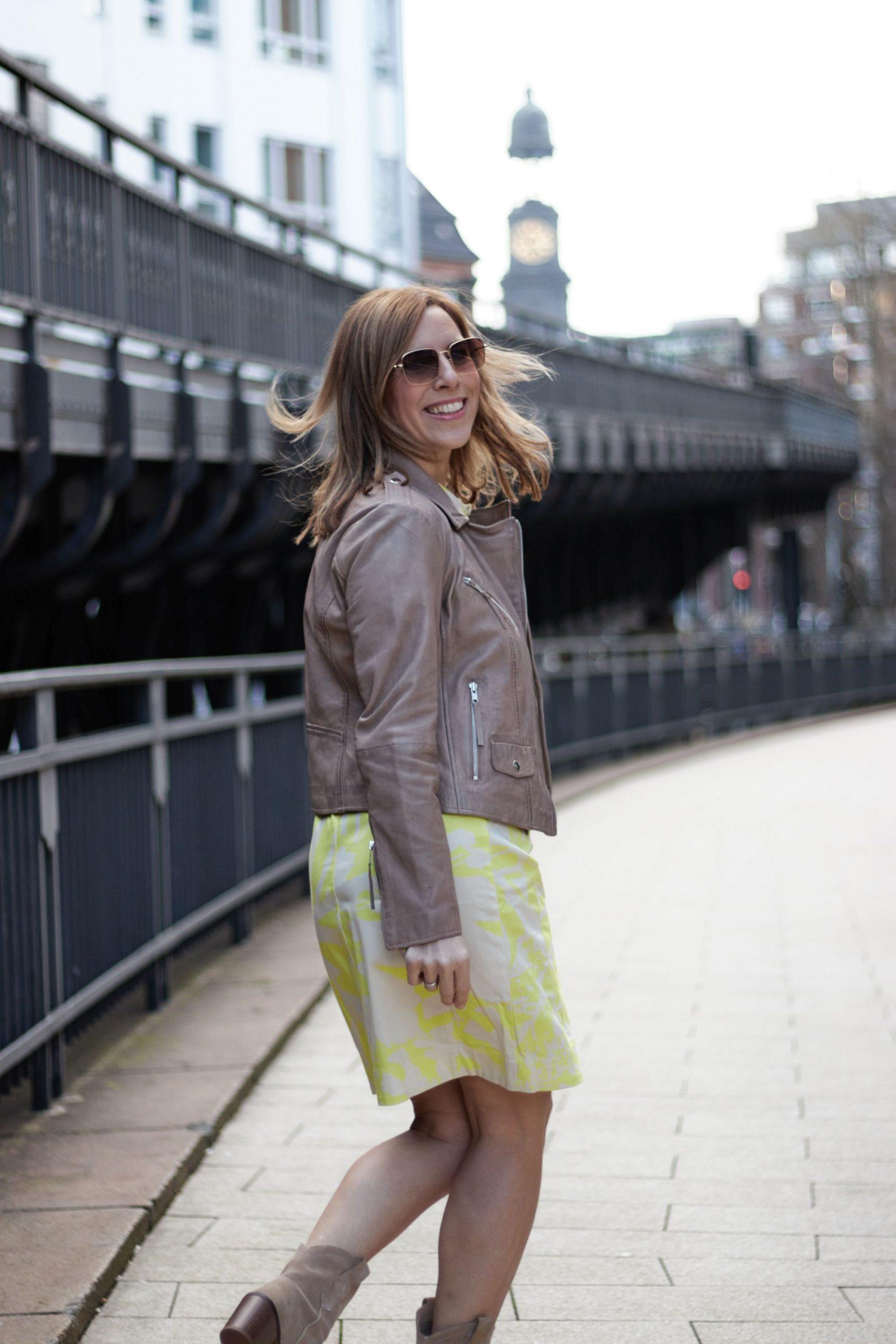 Trendfarbe Gelb 2020 - Kleid von WENZ mit Lederjacke
