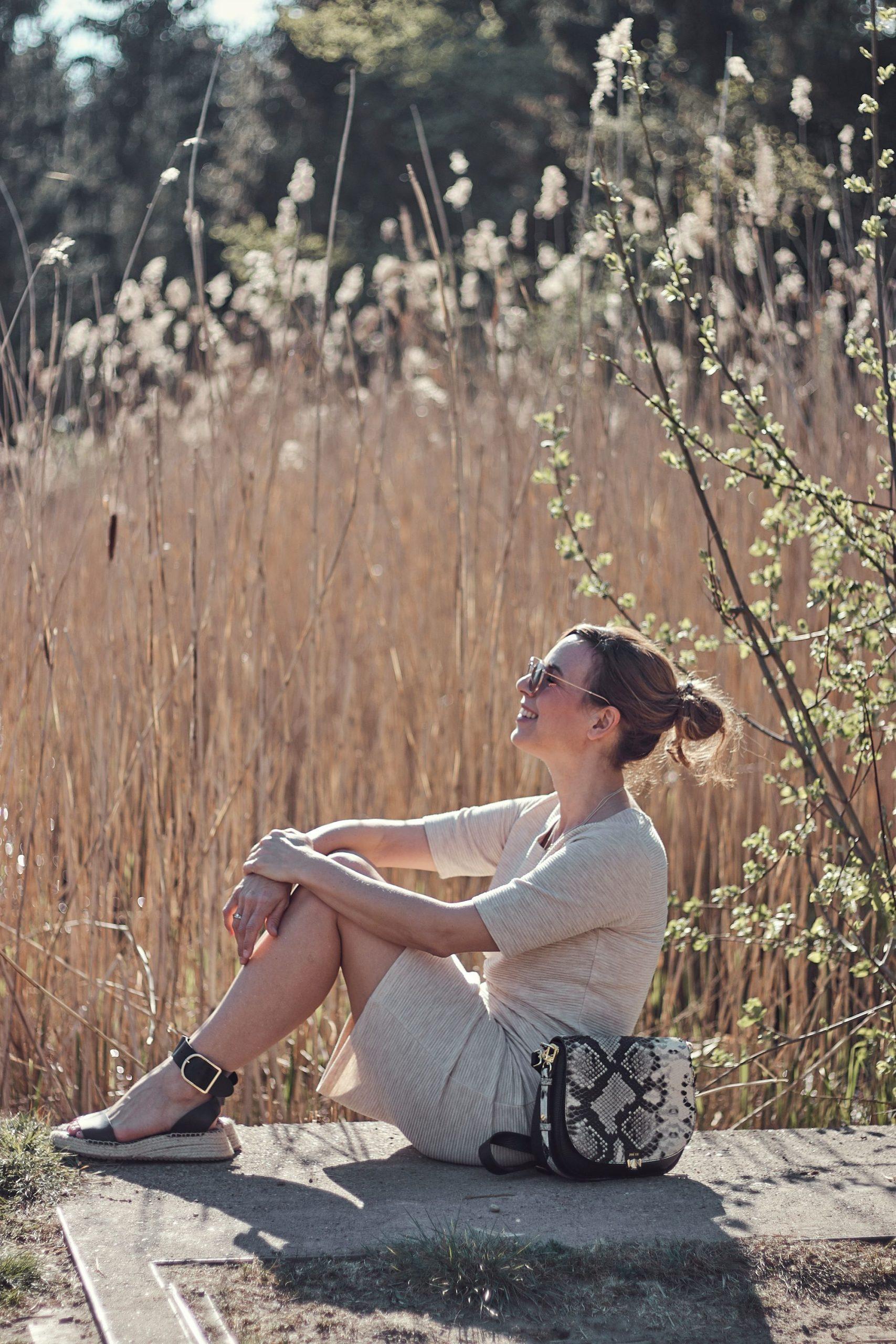 Frau im Kleid aus dem Liberty Woman Online Shop in der Natur