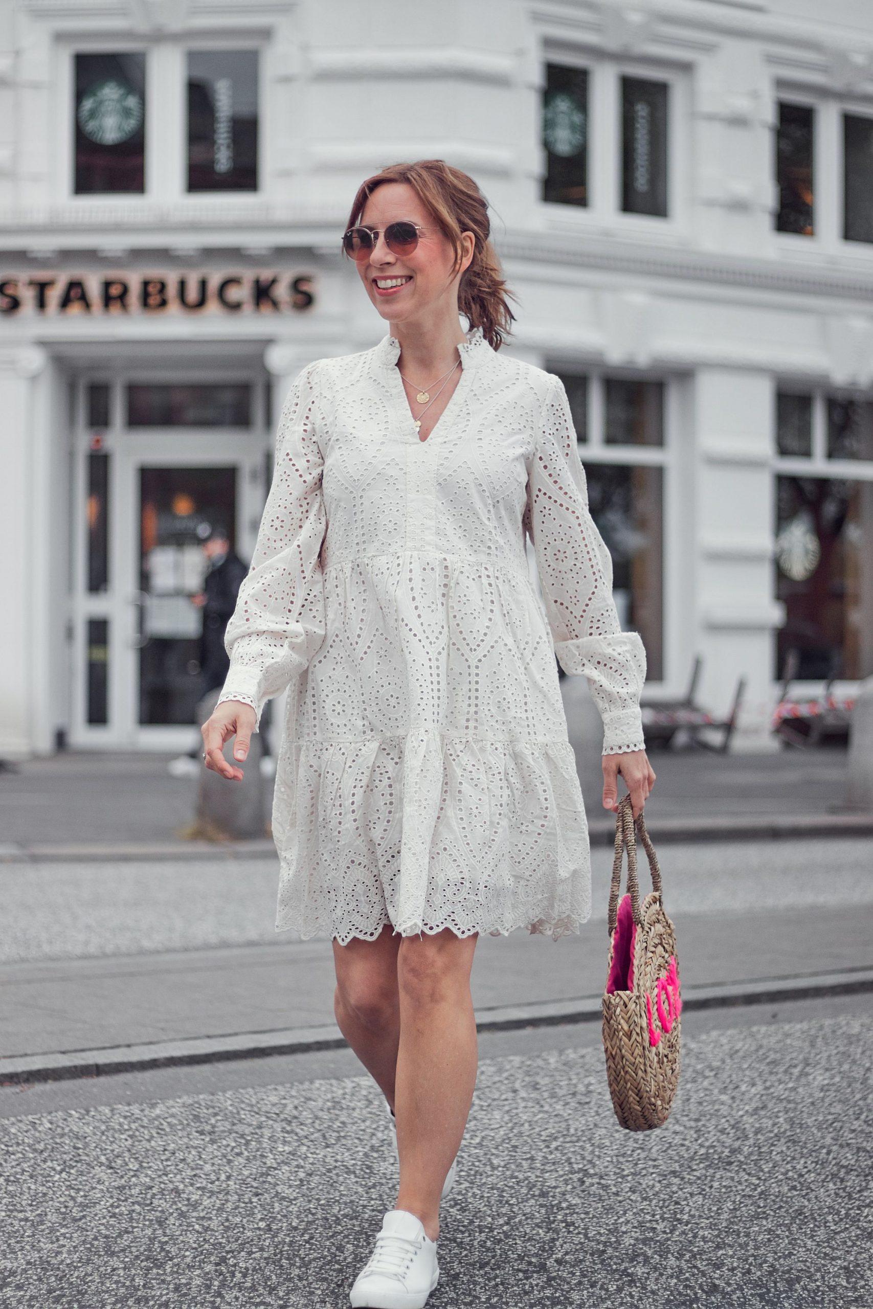 Weißes Lochkleid mit rundgeflochtener Korbtasche aus dem Impressionen Shop