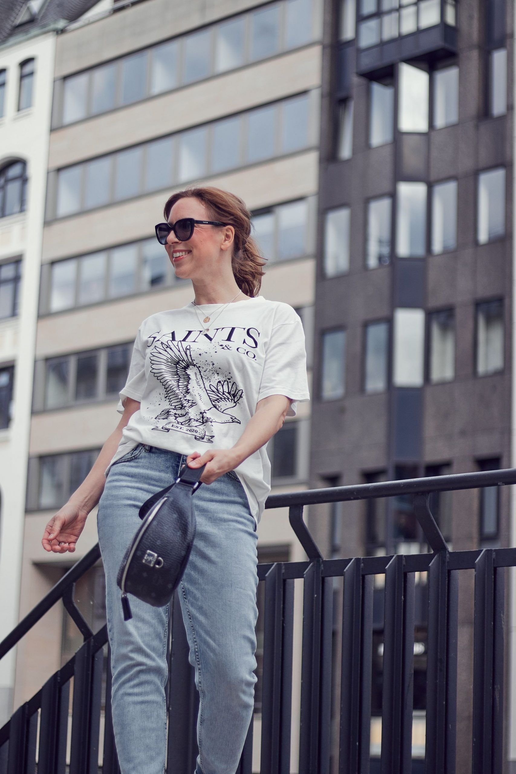 Saints and Co Off-White T-Shirt zu Mom Jeans mit Gürteltasche