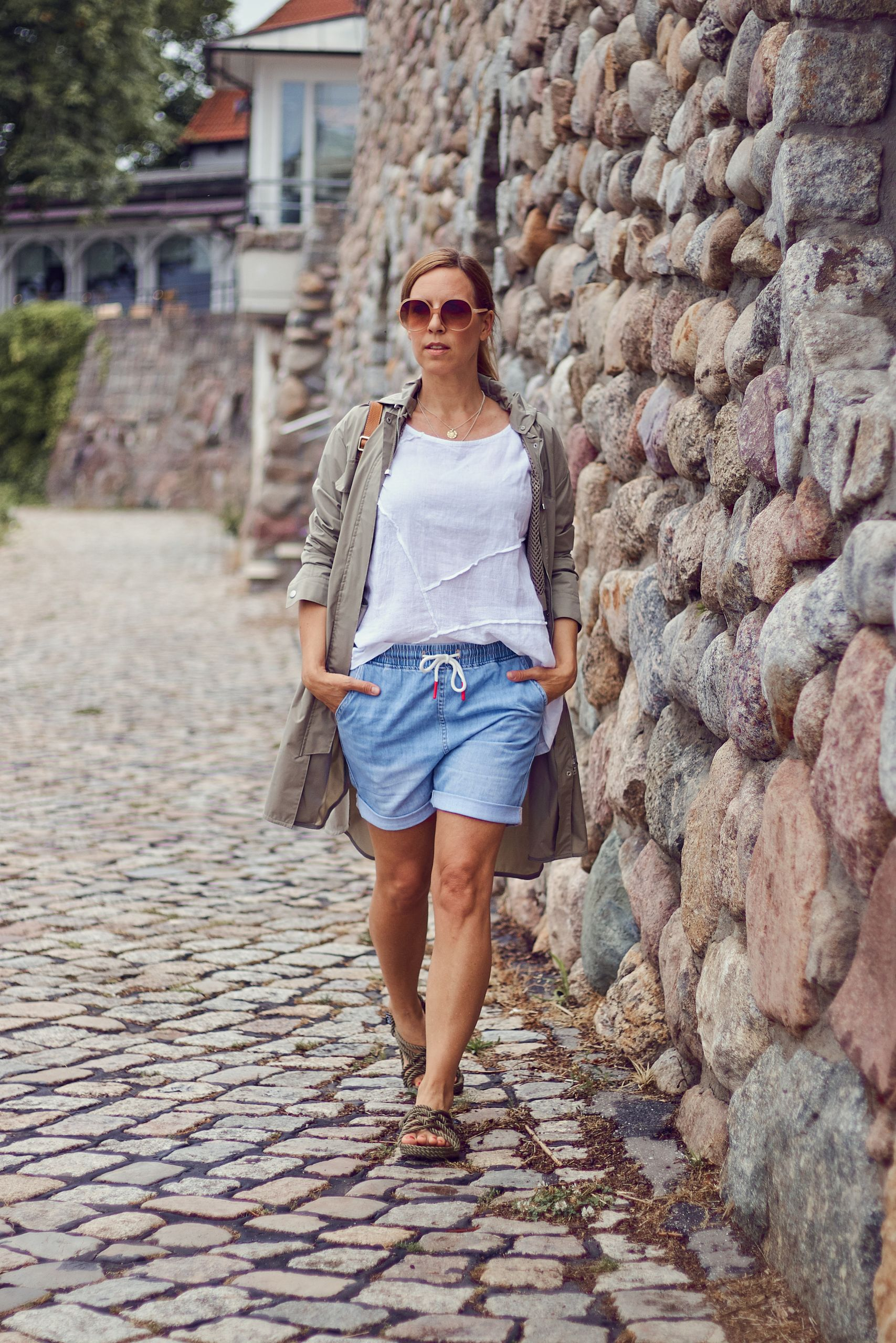 Denim Shorts und weißes Top von Liberty Woman Online Fashion