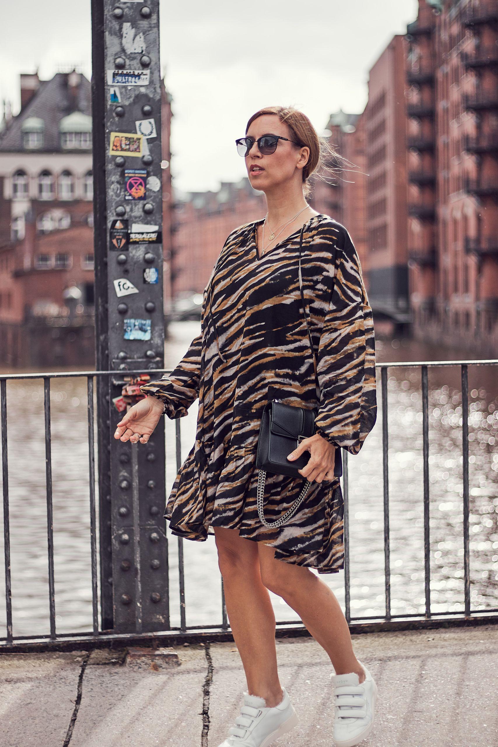 Gestuz Kleid im Tigermuster zu Sneakern in der Speicherstadt
