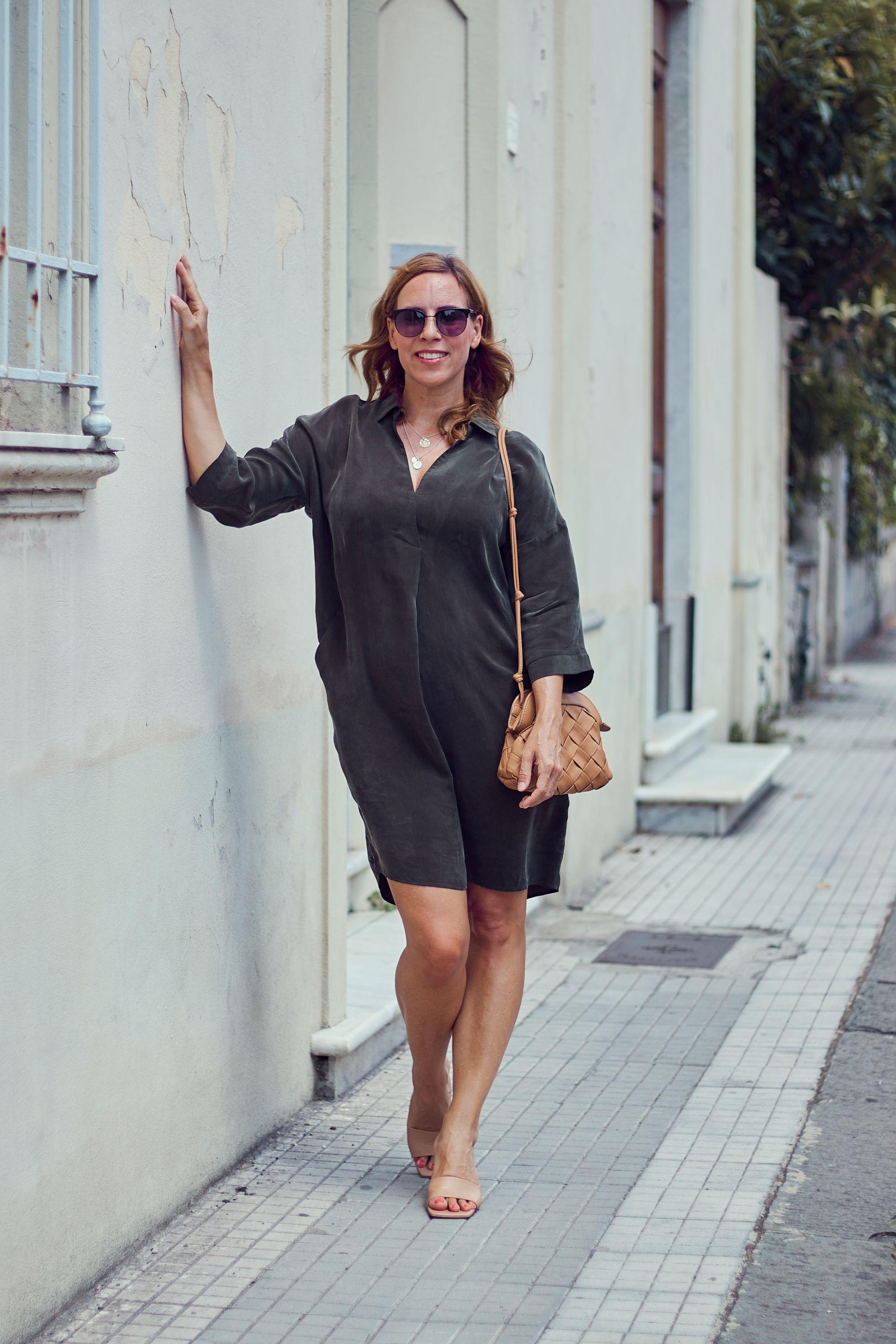 Inspiration für Urlaubsoutfits khakifarbenes Kleid von Alba Moda