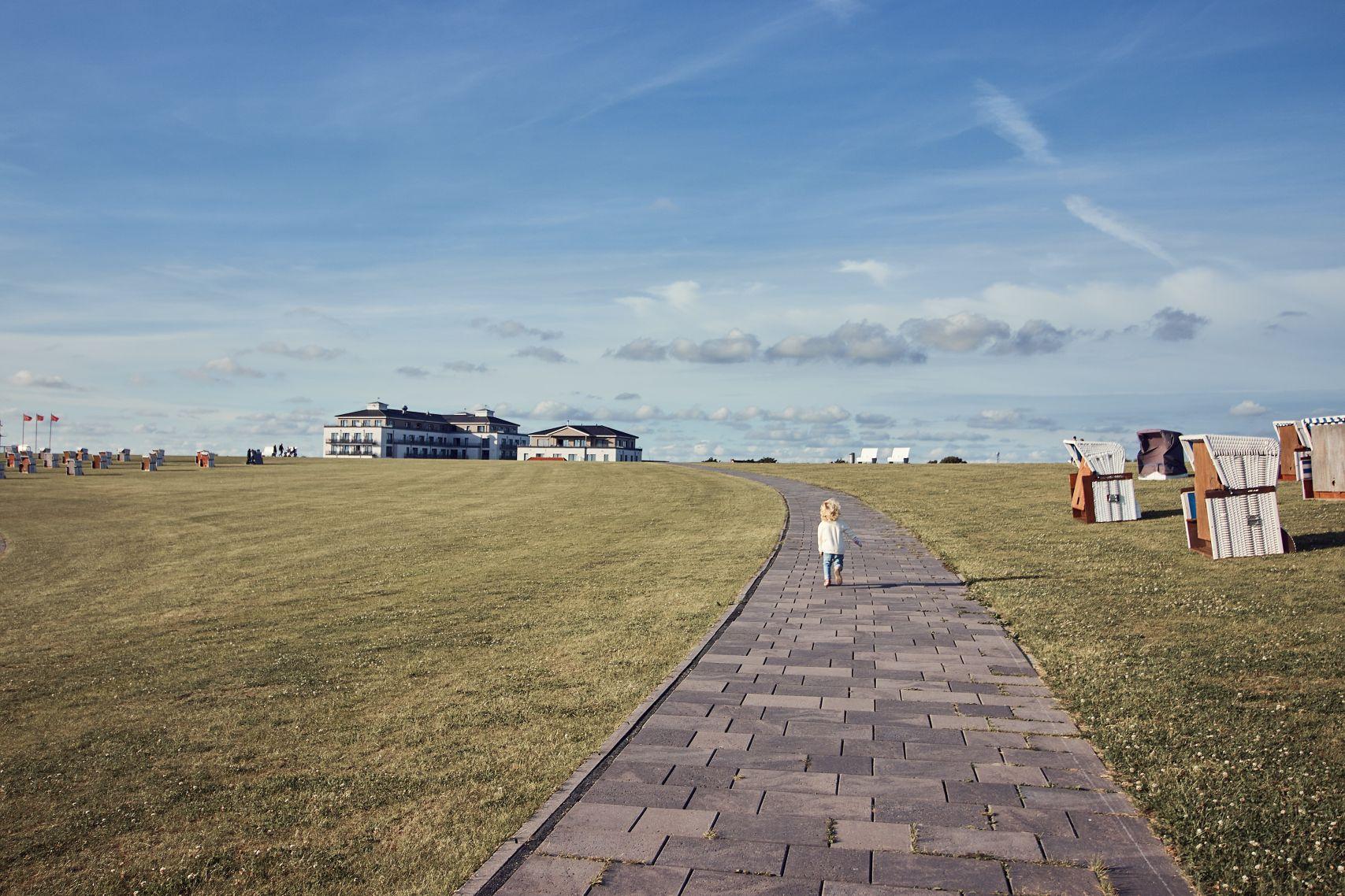 Blick auf das Strandhotel Küstenperle für den Urlaub in Büsum mit Kindern