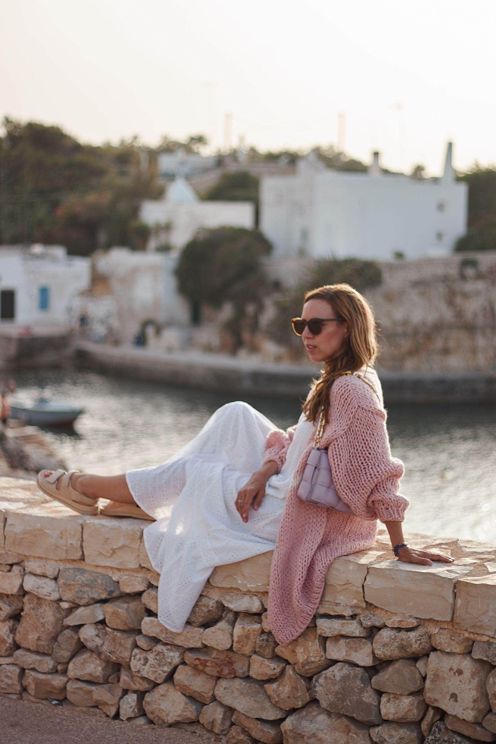 evyinit Cardigan Strickjacke zu weißem Maison Hotel Kleid und Ducie London Sandalen in Polignano a Mare