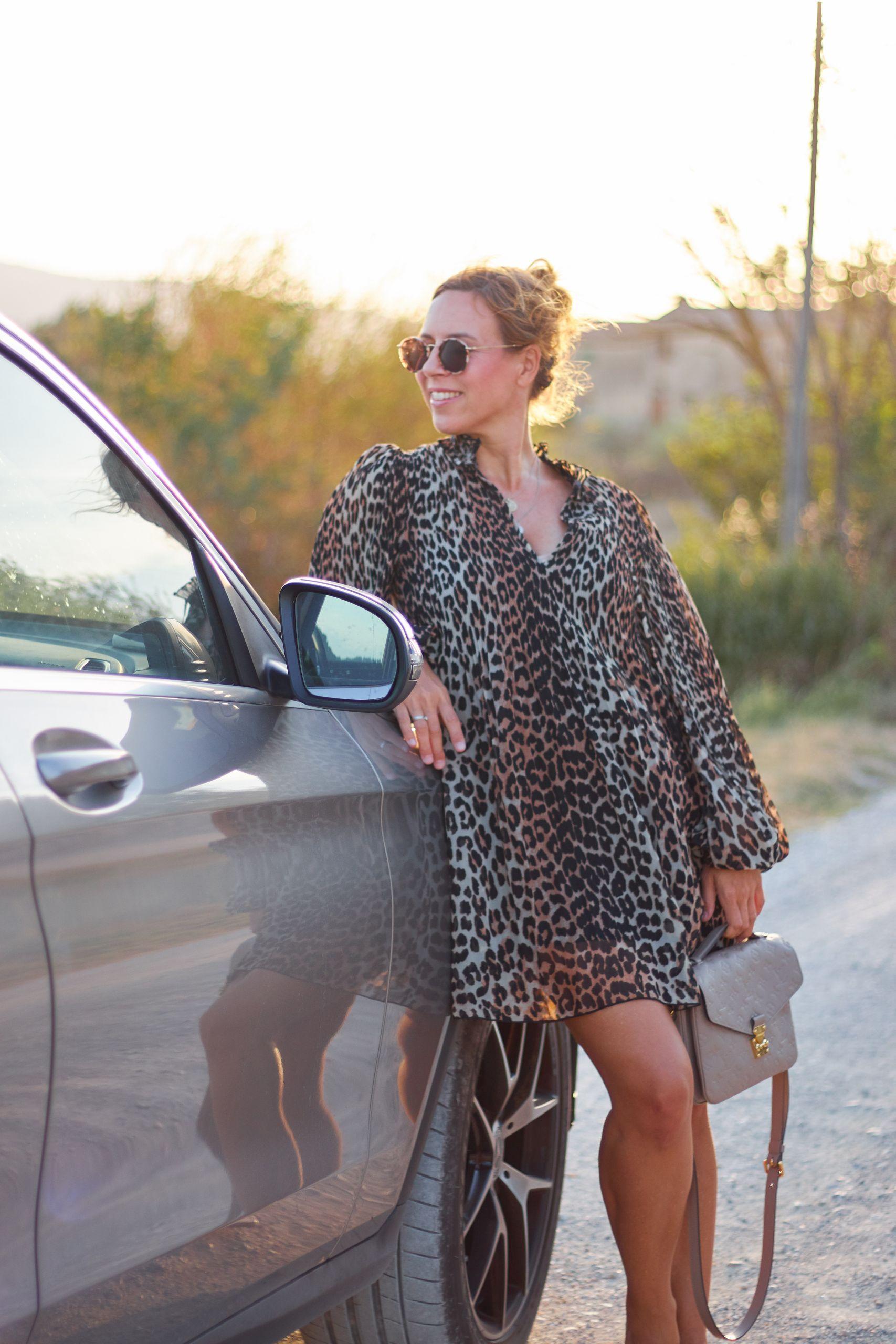 Ganni Leo Kleid im klassischen Leopardenmuster fotografiert in San Gimignano beim Toskana Roadtrip