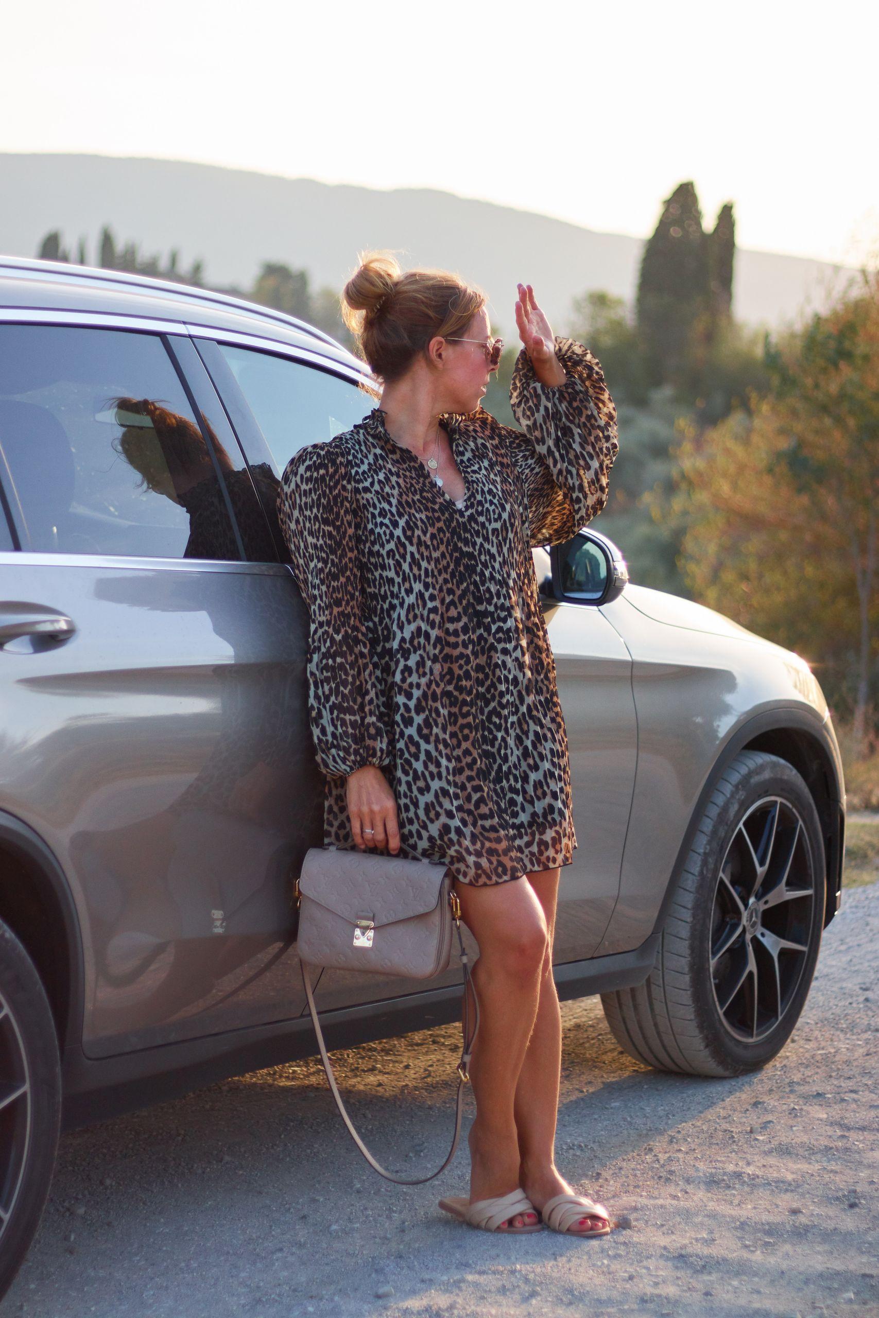 Ganni Leo Kleid in San Gimignano beim Toskana Roadtrip
