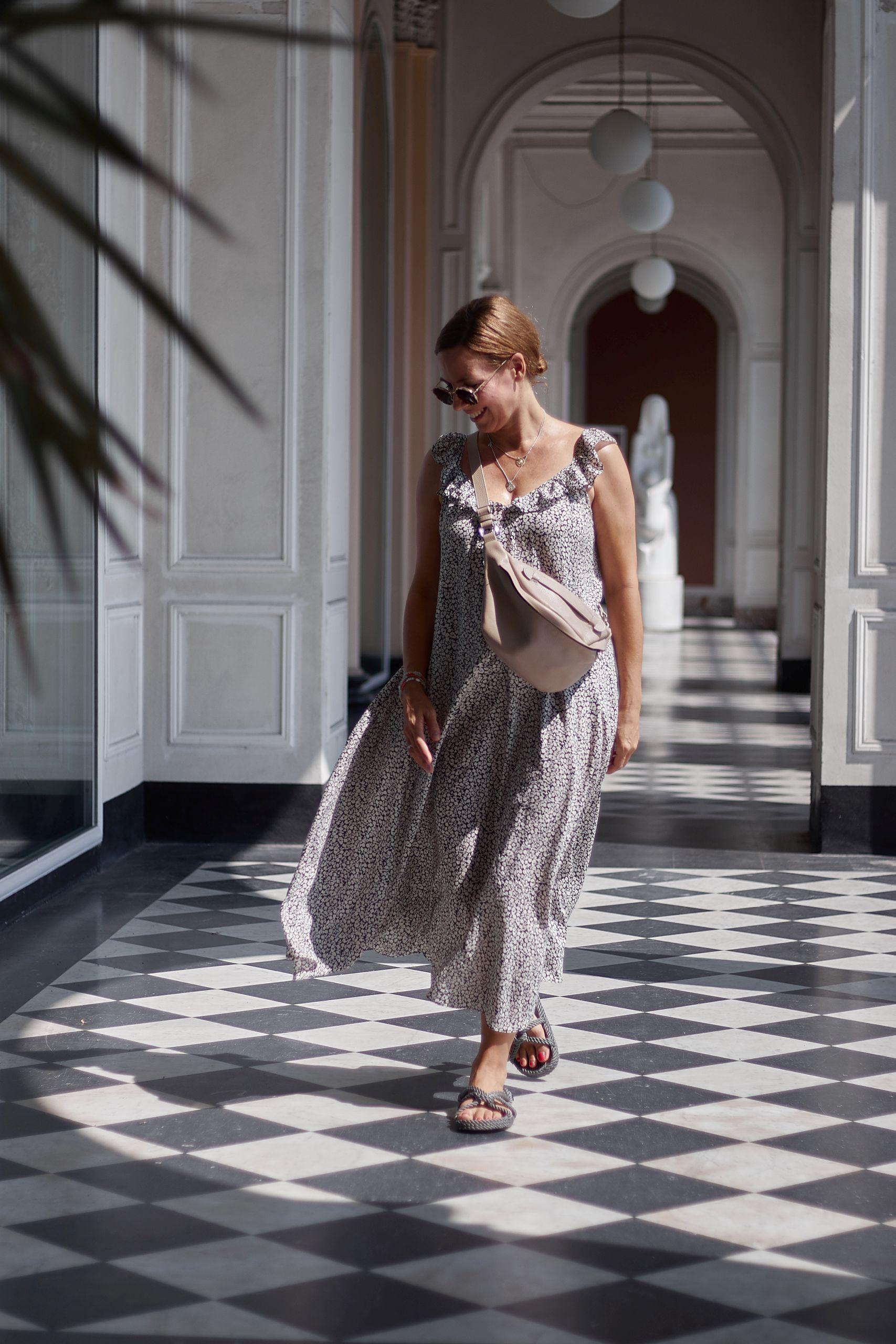 H&M Volant Kleid zur Bauchtasche und Closed Nomadic Sandals Hotel Cadenabbia Menaggio