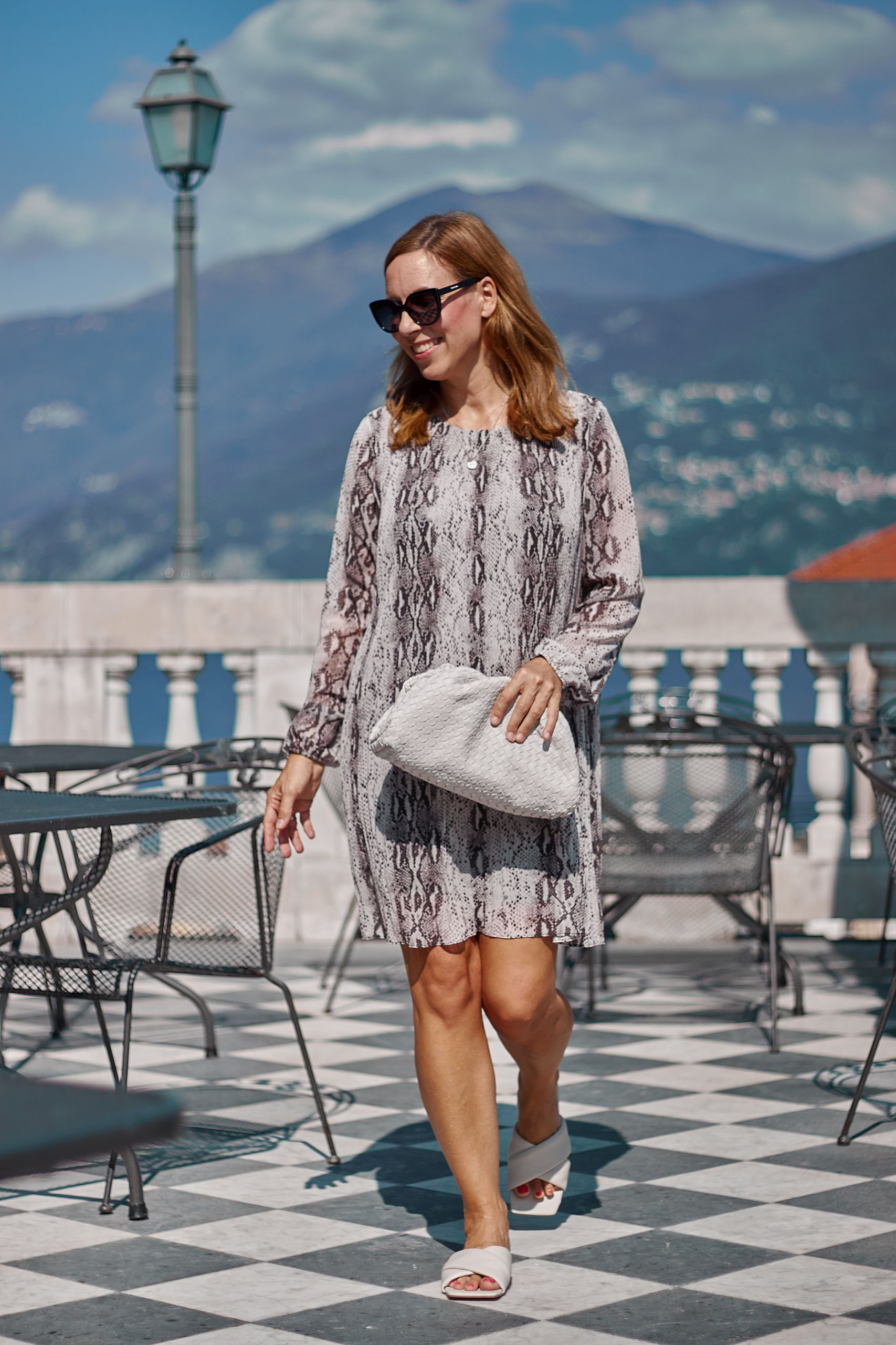 Schlangenmuster Kleid in Plissee von Amy Vermont WENZ im Grand Hotel Cadenabbia am Comer See