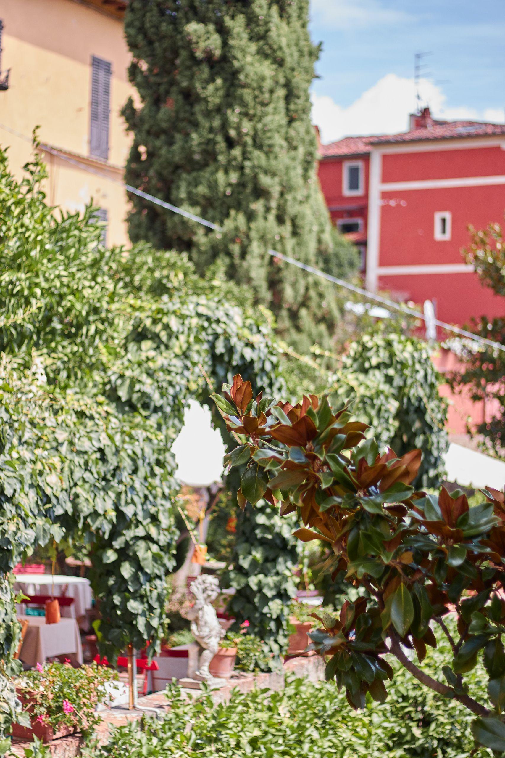 Blick auf die Frühstücksterrasse der Villa Sermolli als Stop vom Toskana Roadtrip