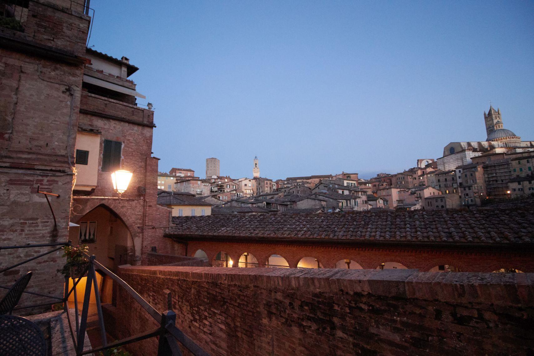 Restaurantaussicht auf die Altstadt von Siena als Stopp vom Toskana Roadtrip