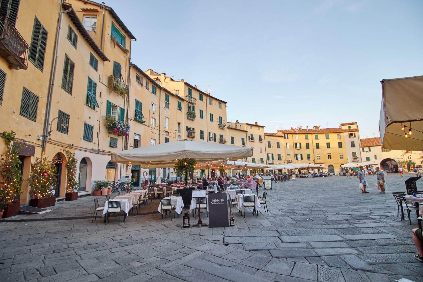 Piazza Anfiteatro Altstadt von Lucca beim Toskana Roadtrip