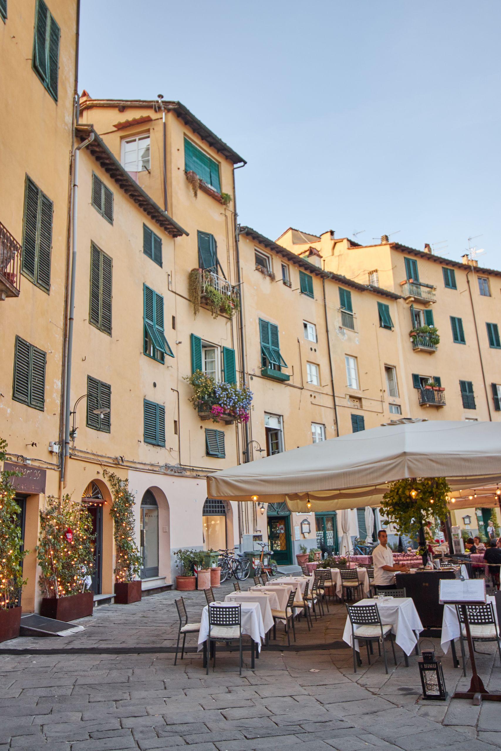 Piazza Anfiteatro in der Altstadt von Lucca beim Toskana Roadtrip