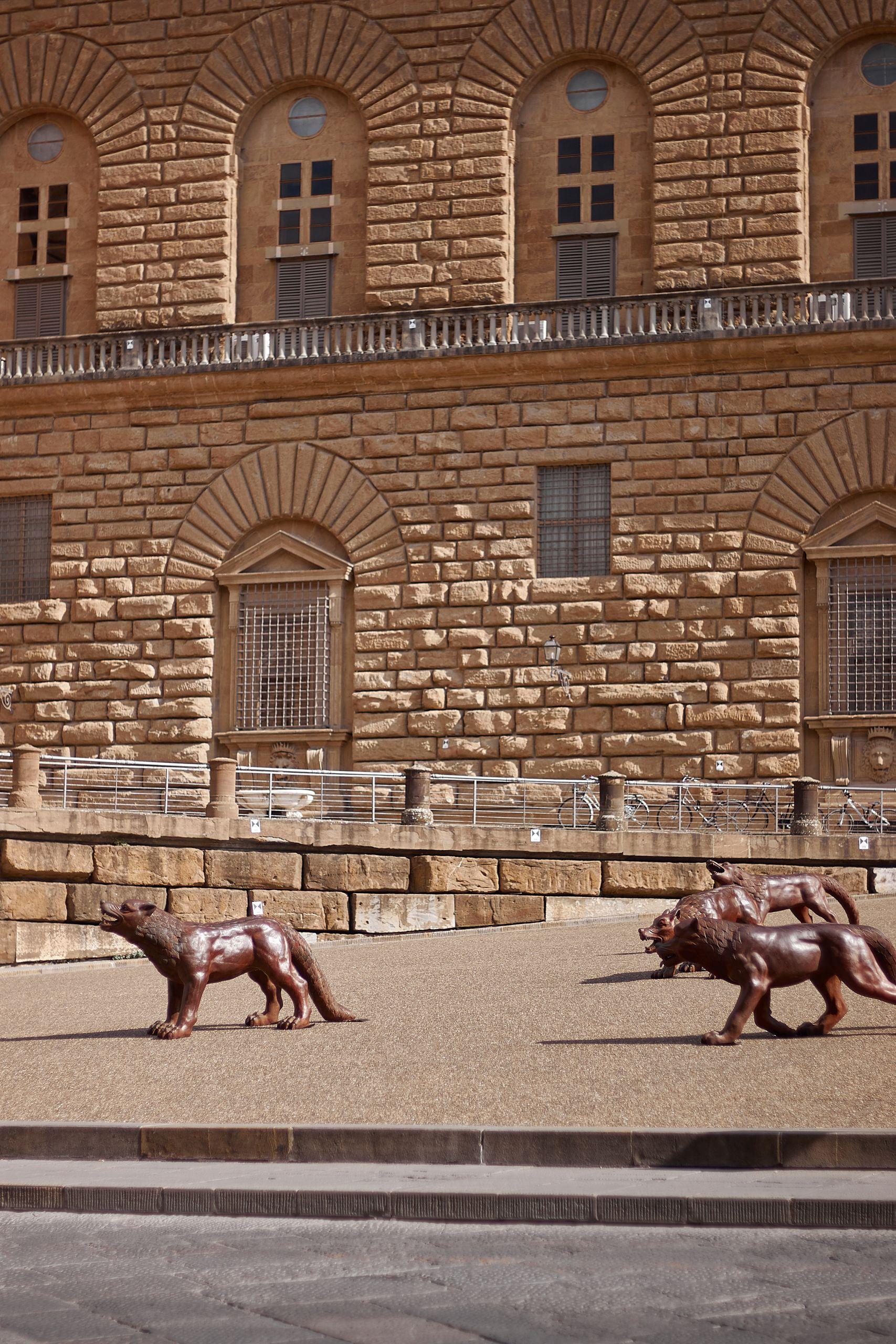 Die Eisernen Wölfe der Nordart in Büdelsdorf vor dem Palazzo Pitti Florenz als Stopp vom Toskana Roadtrip