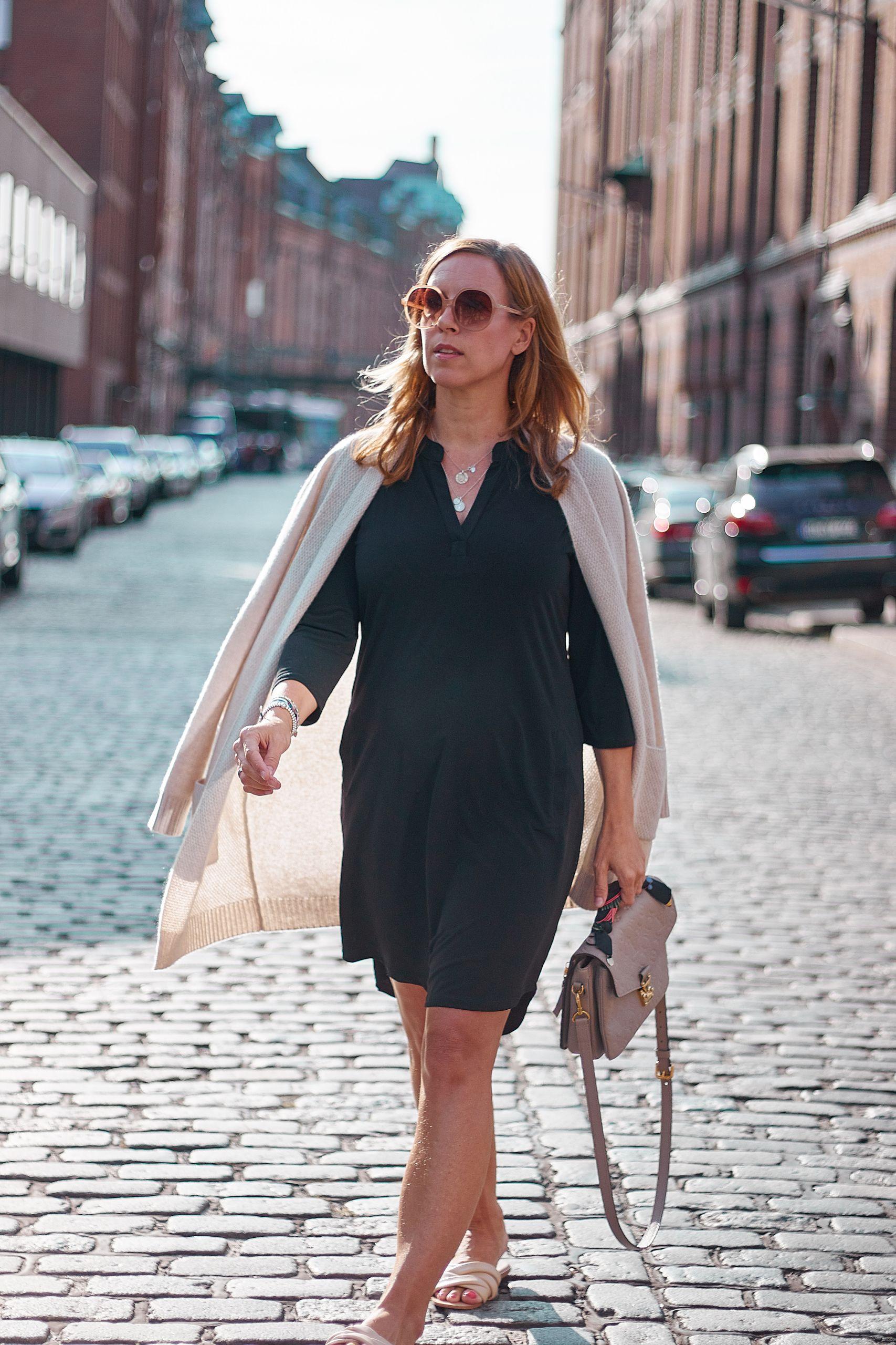 Schwarzes Kleid von Liberty Woman Online zu Cashmere Jacke und Louis Vuitton Metis in Speicherstadt