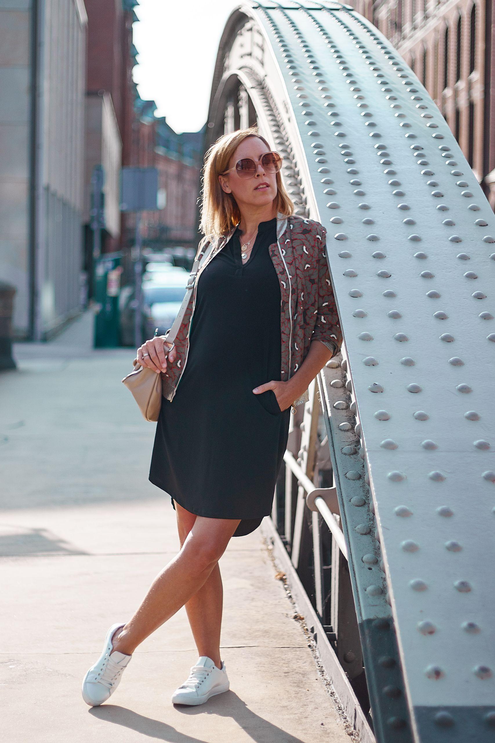 Schwarzes Kleid von Liberty Woman Online zu Bomberjacke und Bauchtasche