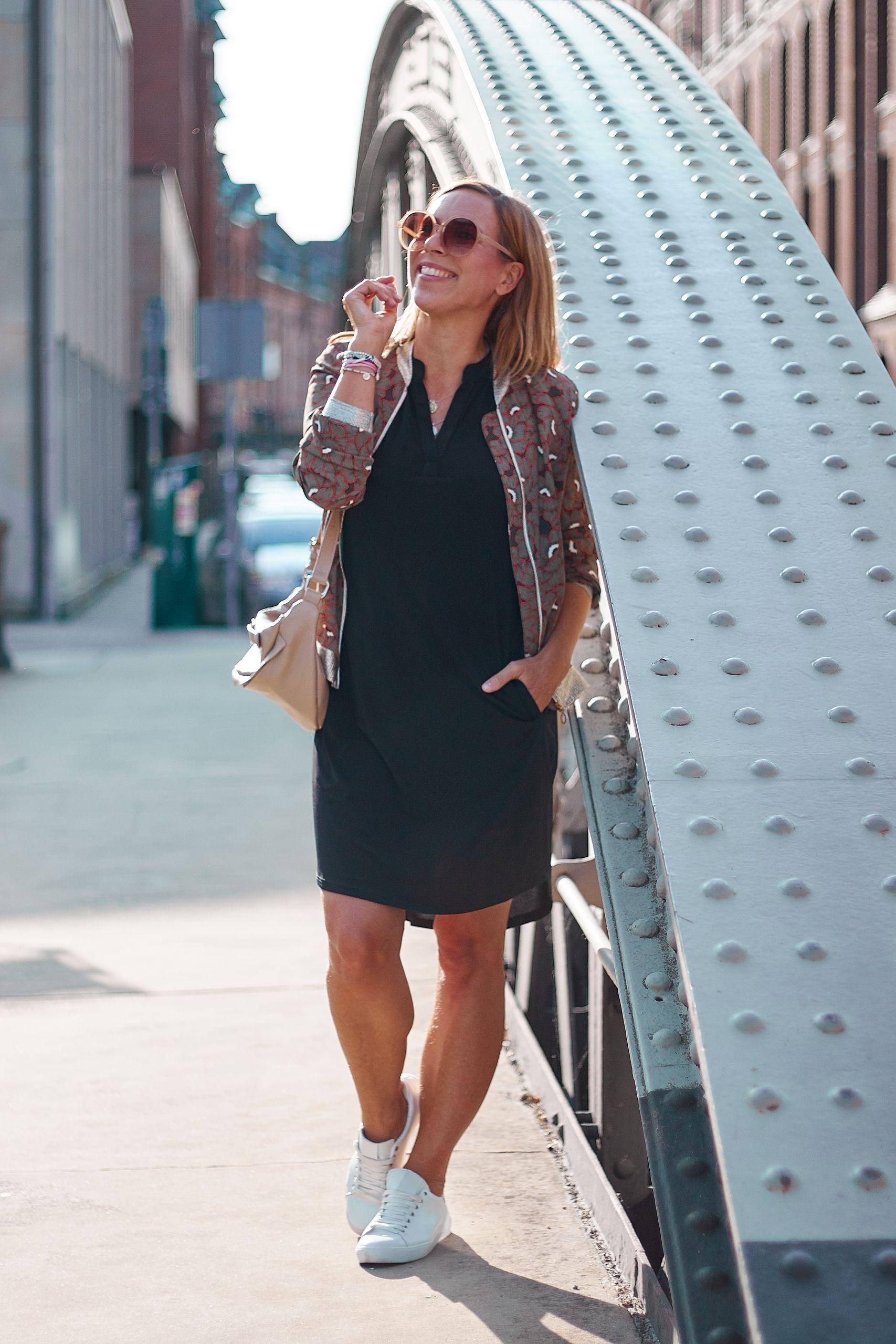 Schwarzes Kleid von Liberty Woman Online zu Bomberjacke und Bauchtasche in der Speicherstadt