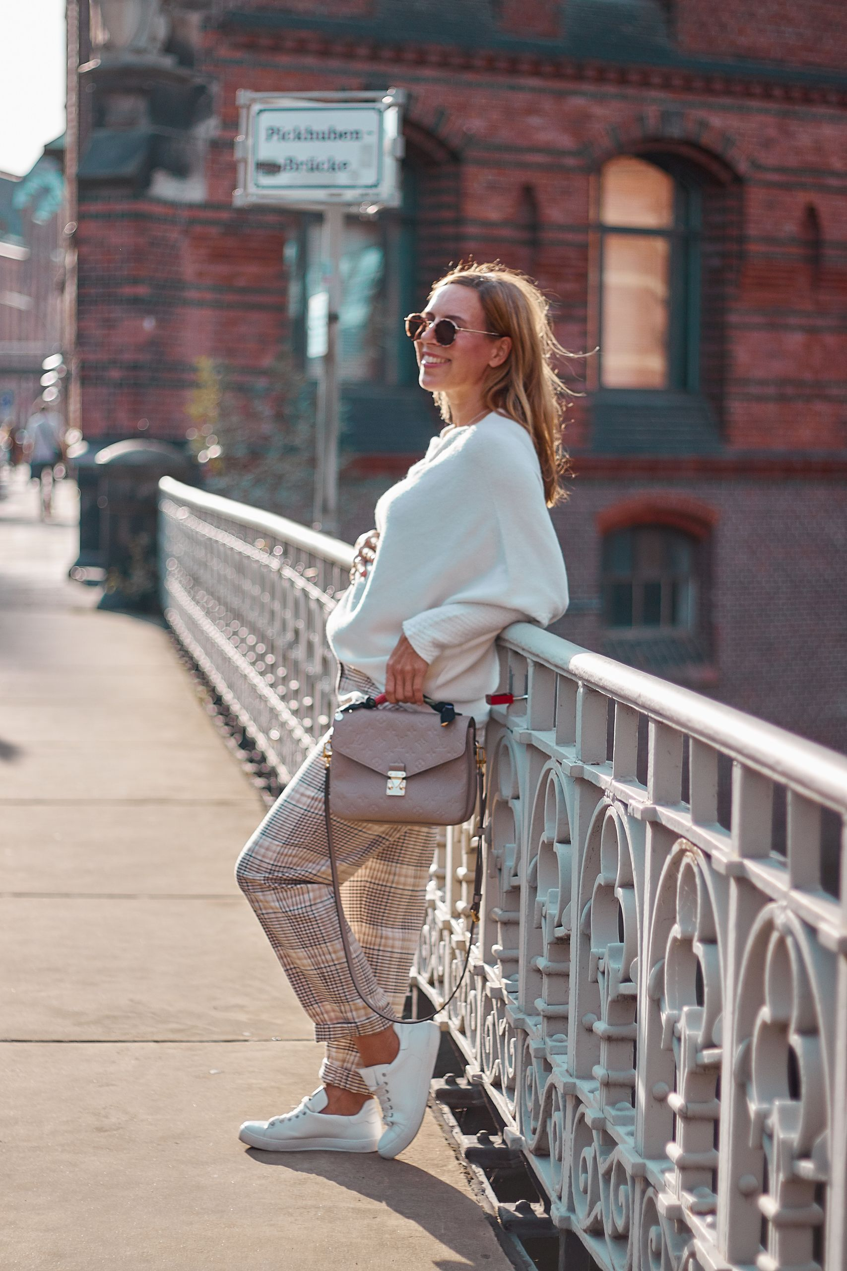 Cremefarbener Pullover von den Liberty Woman Neuheiten zur Karohose in der Speicherstadt