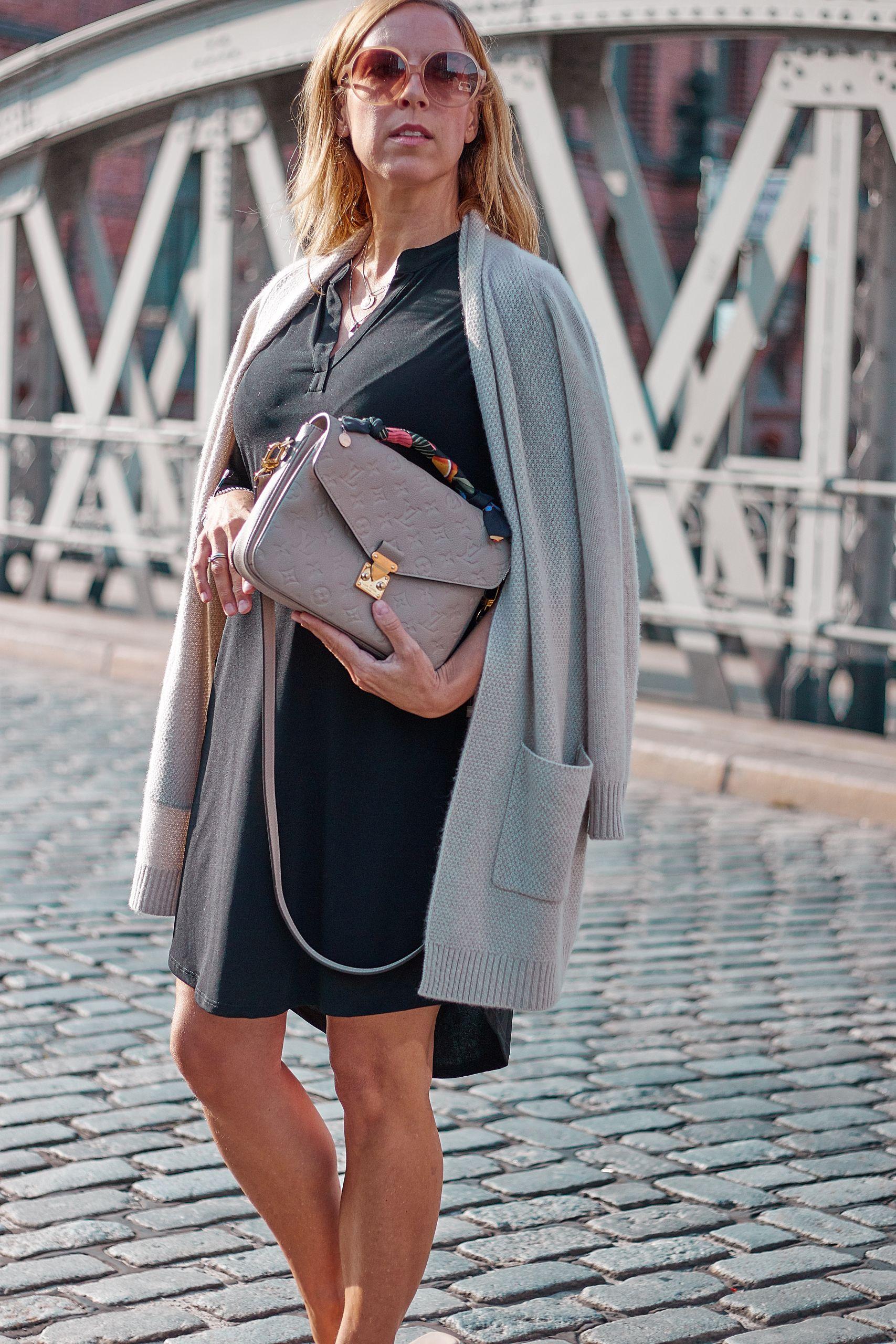 Seidenarmbänder von Albert`s Bird zur Louis Vuitton Metis Tasche in der Speicherstadt