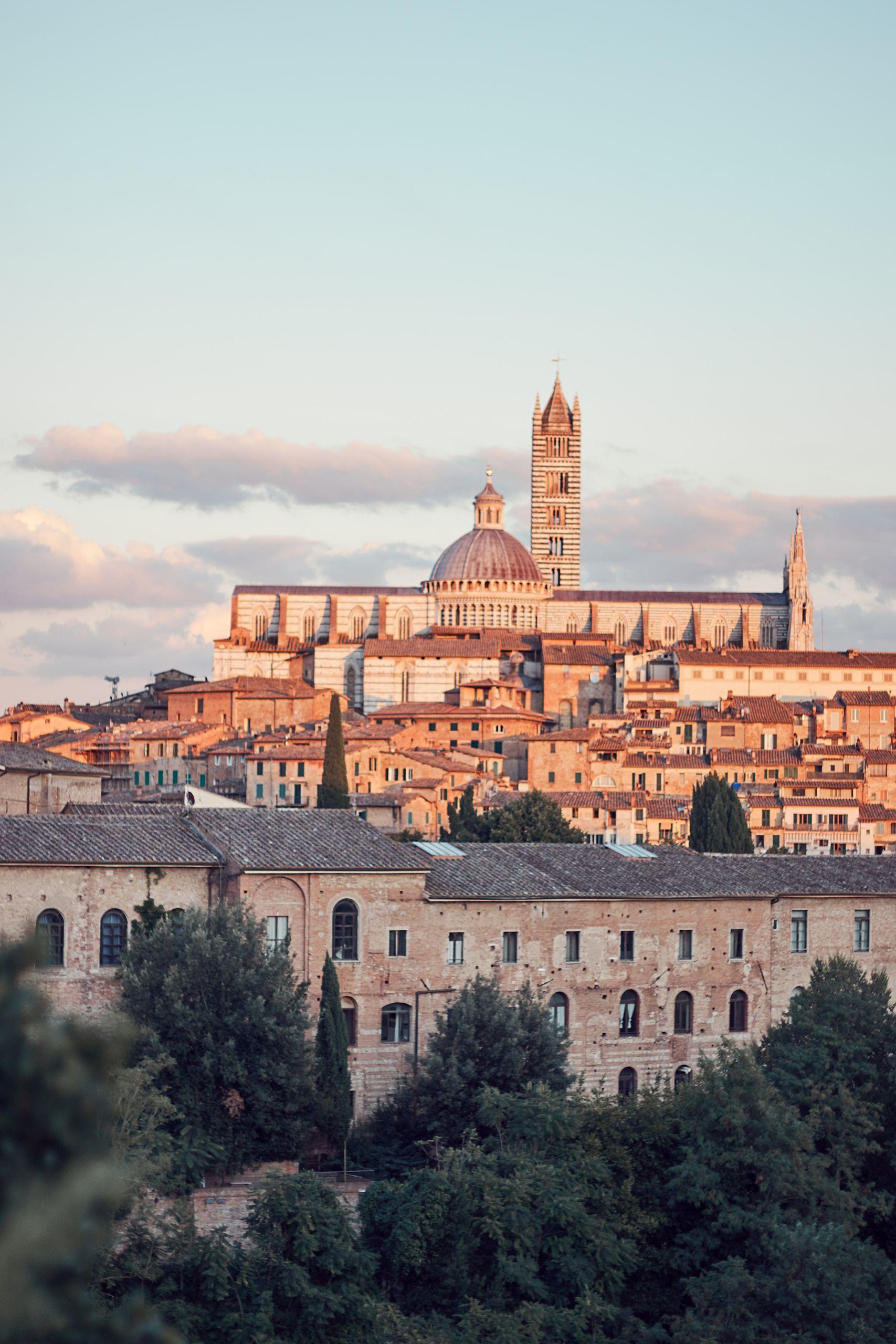Torre del Mangia auf der PBlick auf den Dom von Siena als Stopp vom Toskana Roadtrip