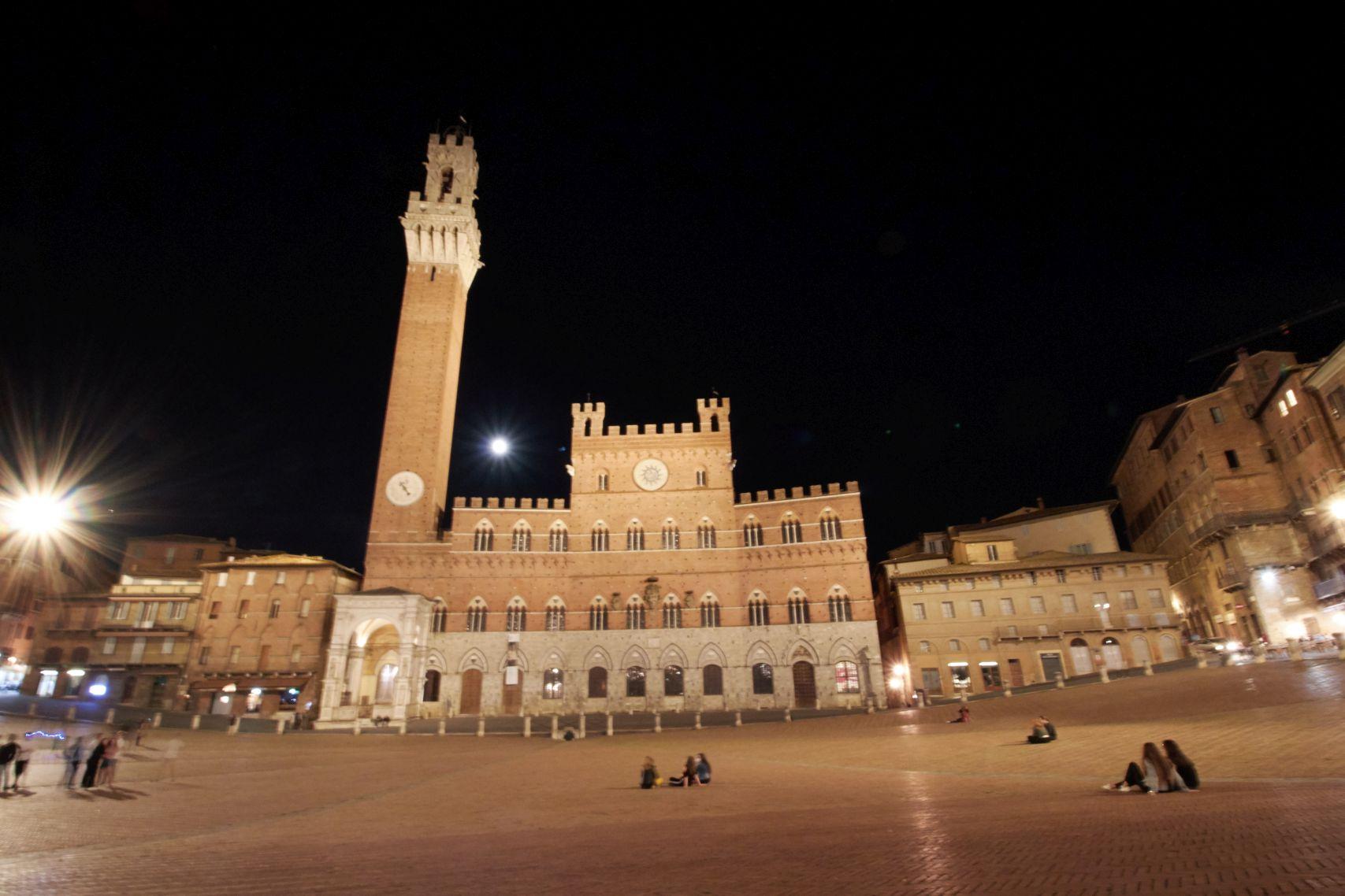 Torre del Mangia auf der Piazza del Campo in Siena als Stopp vom Toskana Roadtrip