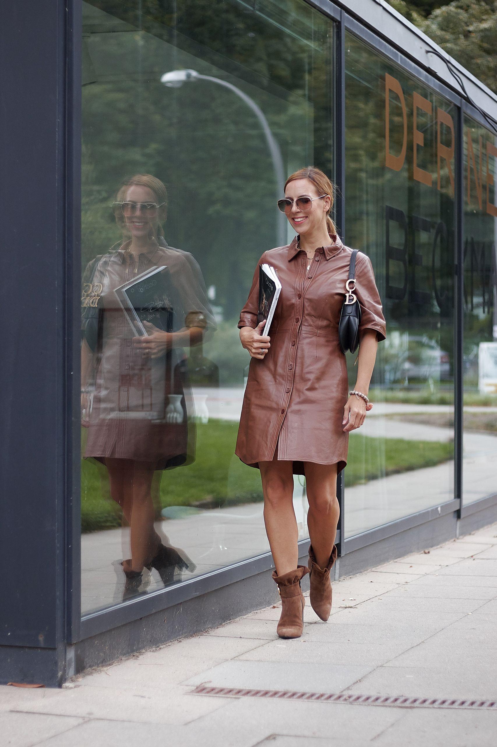 Braunes Lederkleid kombinieren zu Brunate Stiefeletten und Dior Saddle Bag